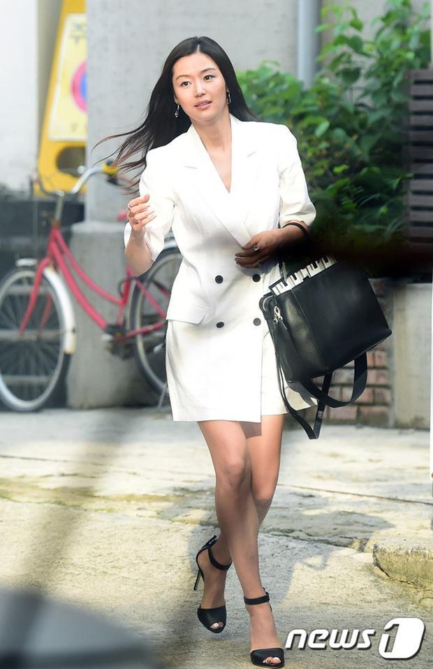 Jeon Ji Hyun dừ và kém sắc hơn đàn chị Nữ hoàng Seondeok trong lần tái xuất chính thức - Ảnh 2.