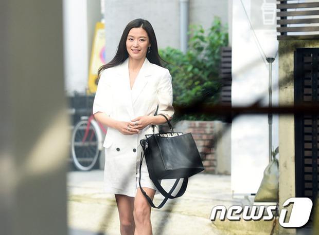 Jeon Ji Hyun dừ và kém sắc hơn đàn chị Nữ hoàng Seondeok trong lần tái xuất chính thức - Ảnh 1.