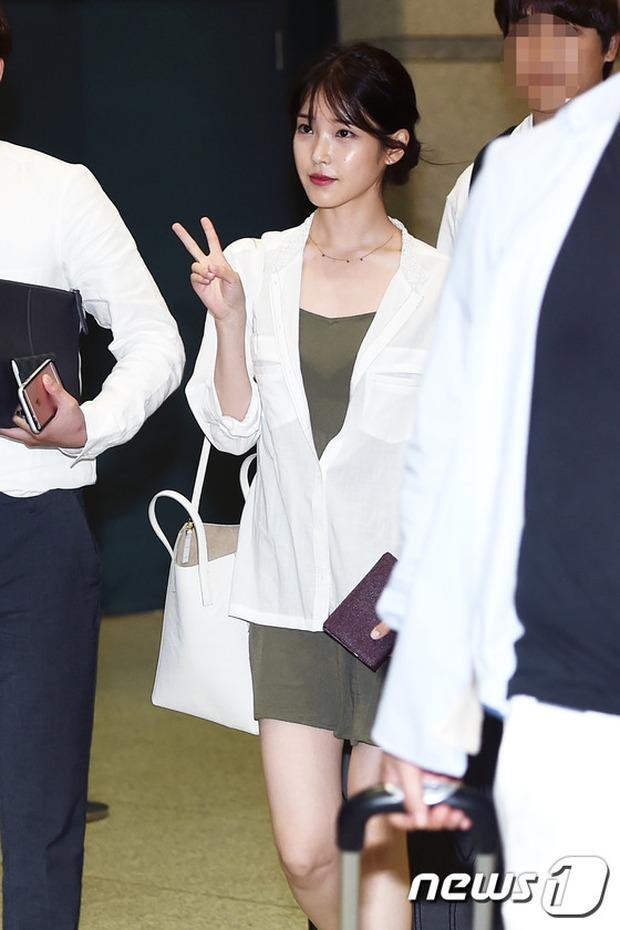 Yoona (SNSD) thả dáng sang chảnh, IU bị tố làm mũi khi xuất hiện tại sân bay - Ảnh 1.