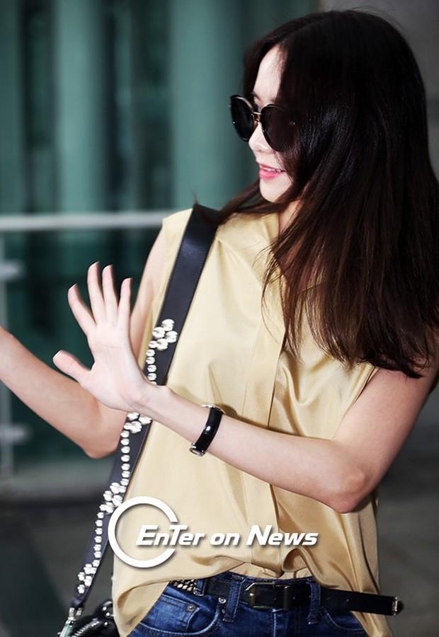 Yoona (SNSD) thả dáng sang chảnh, IU bị tố làm mũi khi xuất hiện tại sân bay - Ảnh 7.