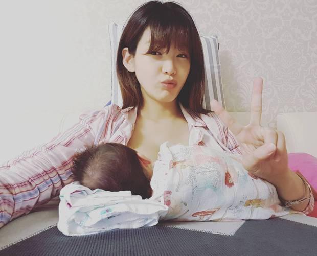 Bản sao hoàn hảo của Song Hye Kyo bị chê rẻ tiền khi khoe ảnh cho con bú lên mạng - Ảnh 1.