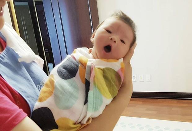 Bản sao hoàn hảo của Song Hye Kyo bị chê rẻ tiền khi khoe ảnh cho con bú lên mạng - Ảnh 3.