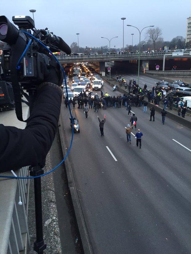 Tài xế taxi tổ chức bạo loạn khắp thủ đô Paris phản đối Uber - Ảnh 9.