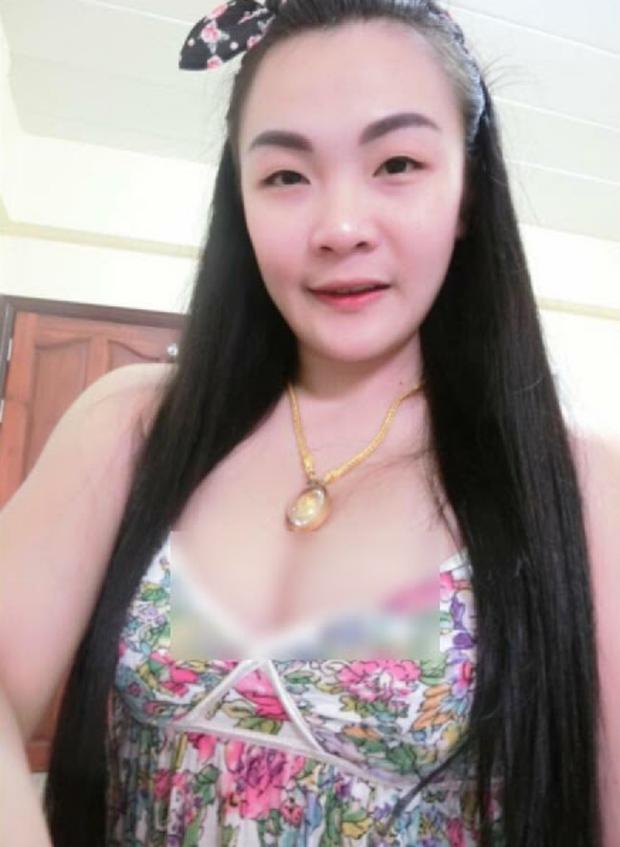 Hình ảnh phản cảm của hot girl Thái từng mặc đồ cử nhân quỳ lạy mẹ là công nhân vệ sinh - Ảnh 9.