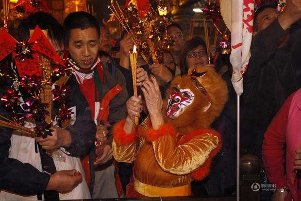 Người dân Trung Quốc chen chúc lên chùa cầu may dịp đầu năm mới - Ảnh 21.