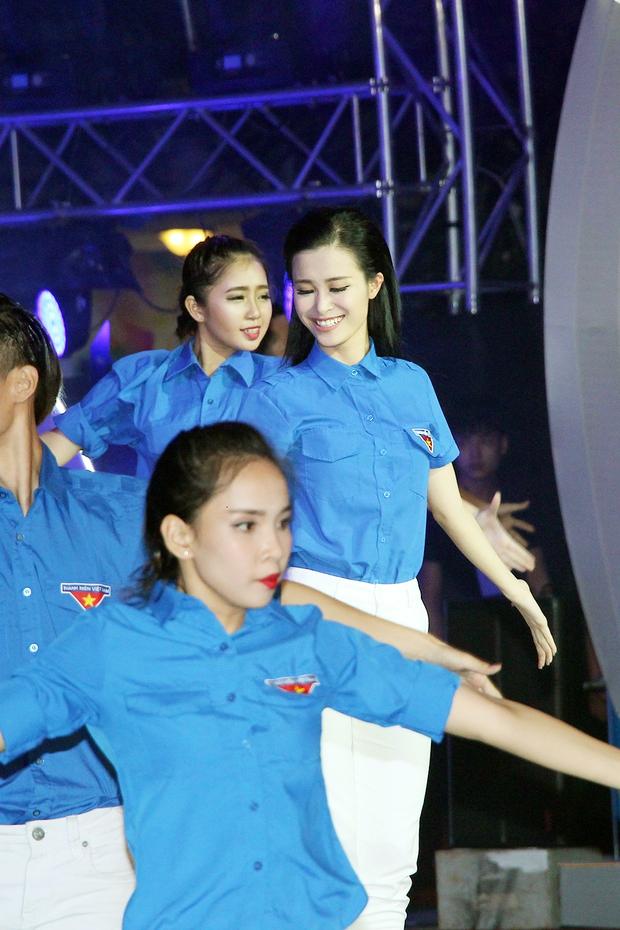Đông Nhi tự hào diện áo Đoàn thanh niên, hát về Tp.HCM trên phố đi bộ - Ảnh 3.
