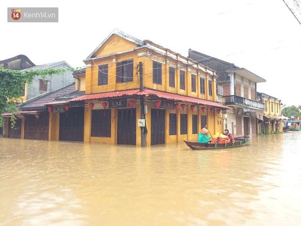 Hội An ngập trong nước lũ, dịch vụ chèo thuyền ngắm phố cổ hút khách - Ảnh 1.