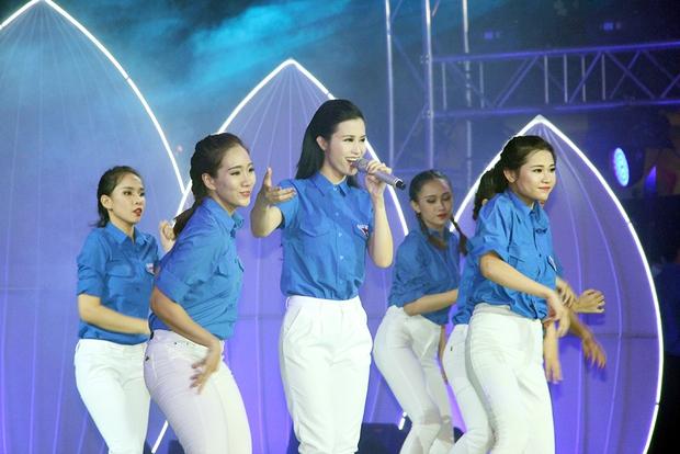 Đông Nhi tự hào diện áo Đoàn thanh niên, hát về Tp.HCM trên phố đi bộ - Ảnh 2.
