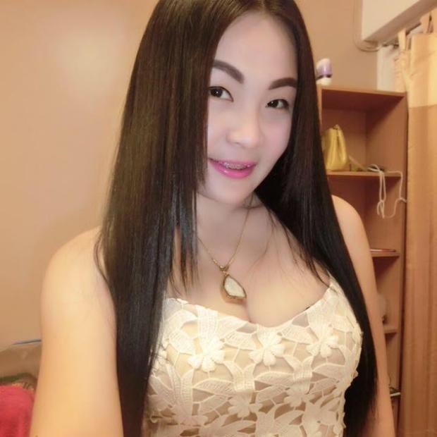 Hình ảnh phản cảm của hot girl Thái từng mặc đồ cử nhân quỳ lạy mẹ là công nhân vệ sinh - Ảnh 6.