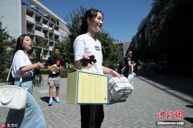 Những nữ sinh xinh đẹp trong ngày báo danh ở lò đào tạo minh tinh hàng đầu Trung Quốc - Ảnh 9.