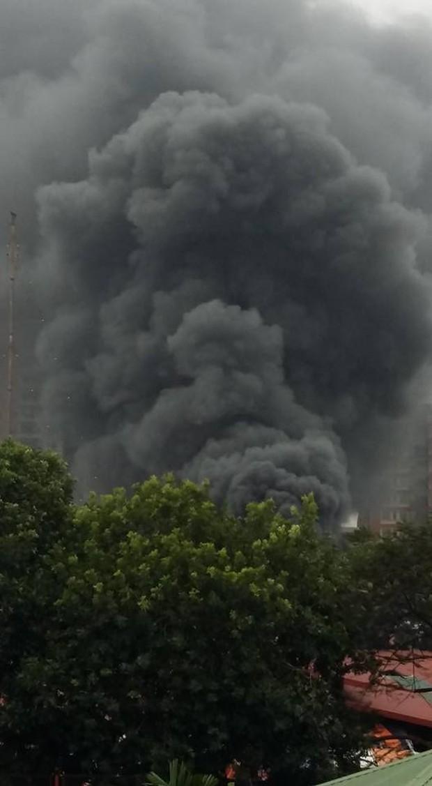 Hà Nội: Cháy gara ô tô tại Văn Quán, 1 xe ô tô cháy rụi - Ảnh 2.