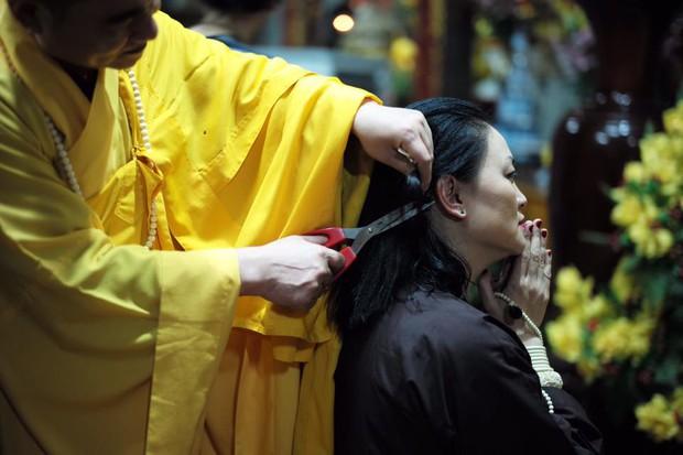 Con gái GS Văn Như Cương xuống tóc, cảm tạ vì bố qua cơn ốm nặng - Ảnh 4.