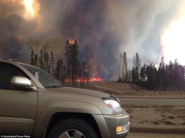 Khung cảnh kinh hoàng của một trong những vụ cháy rừng tồi tệ nhất trong lịch sử Canada - Ảnh 9.