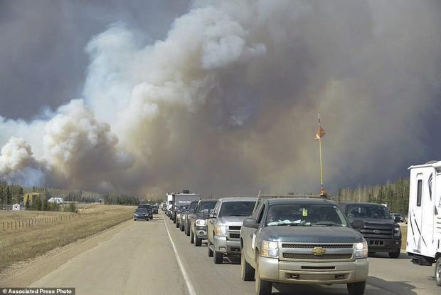 Khung cảnh kinh hoàng của một trong những vụ cháy rừng tồi tệ nhất trong lịch sử Canada - Ảnh 8.