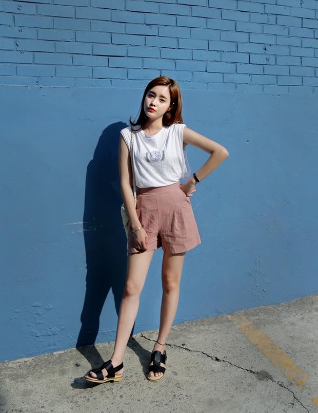 Nóng thế này, phải lôi ngay shorts vải ra diện theo 5 cách sau mới đủ đẹp và mát - Ảnh 3.