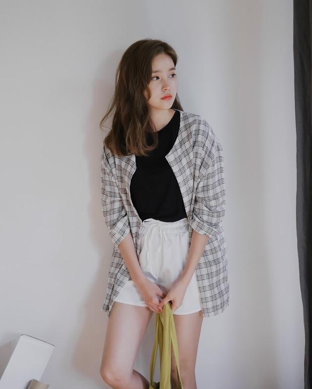 Nóng thế này, phải lôi ngay shorts vải ra diện theo 5 cách sau mới đủ đẹp và mát - Ảnh 4.
