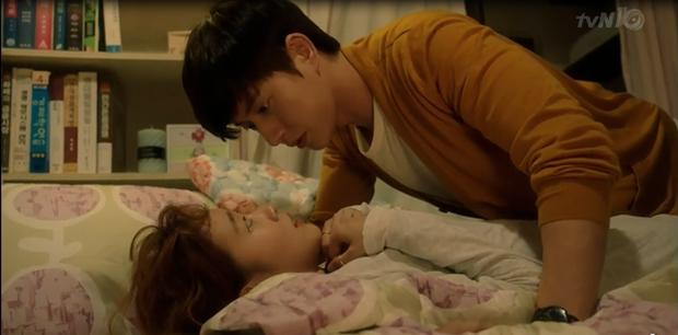 """""""Cheese In The Trap"""": Bấn loạn trước nụ hôn """"hụt"""" trên giường của Park Hae Jin - Ảnh 2."""