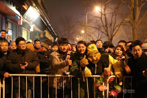 Người dân Trung Quốc chen chúc lên chùa cầu may dịp đầu năm mới - Ảnh 2.