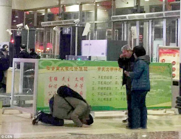 Trước ngày đi làm khai xuân, người đàn ông nghẹn ngào quỳ lạy cha mẹ già - Ảnh 2.