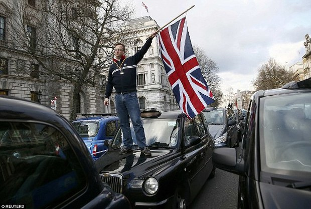 """Anh: Hơn 8.000 tài xế taxi """"phong tỏa"""" trung tâm thủ đô London để biểu tình phản đối Uber - Ảnh 2."""
