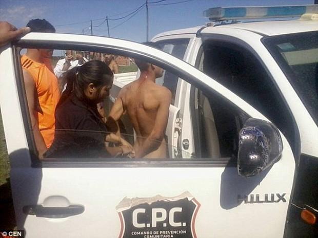 Argentina: Hiếp dâm bé gái 8 tuổi không thành, thanh niên bị lột truồng diễu phố - Ảnh 3.