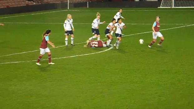 Ghê rợn tình huống nữ cầu thủ giẫm vào đầu đối phương - Ảnh 3.