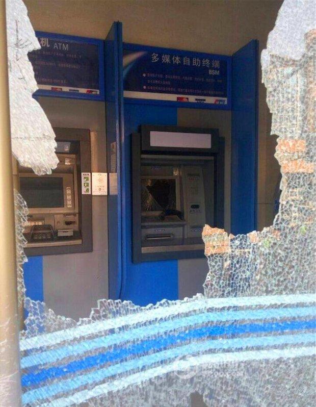 Cụ ông không rút được tiền, cụ bà cầm búa phá tan cây ATM - Ảnh 4.