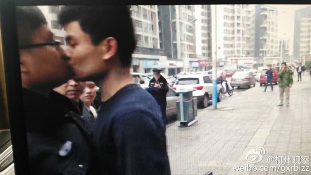 Anh bán mỳ vỉa hè cưỡng hôn cảnh sát vì bị tịch thu đồ nghề - Ảnh 3.