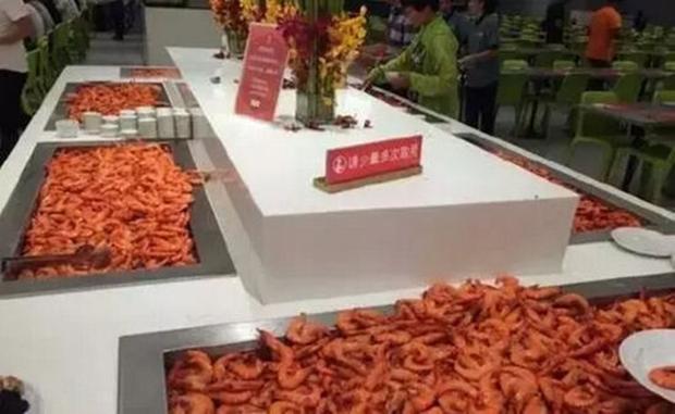 Kinh hoàng cảnh tượng du khách Trung Quốc điên cuồng tranh tôm hấp trong nhà hàng buffet ở Thái Lan - Ảnh 2.