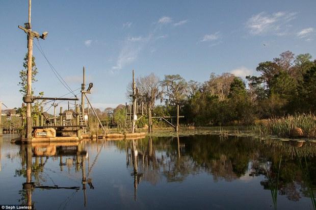 Hình ảnh ghê rợn bên trong công viên nước bỏ hoang 15 năm của Disney - Ảnh 2.