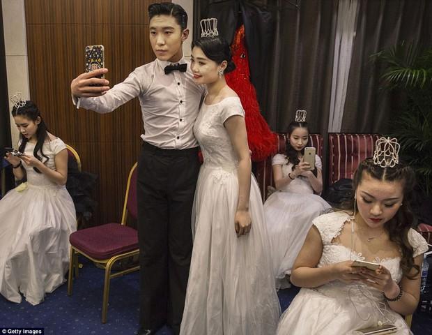 Buổi lễ mai mối tập thể hoành tráng của giới quý tộc Trung Quốc  - Ảnh 2.