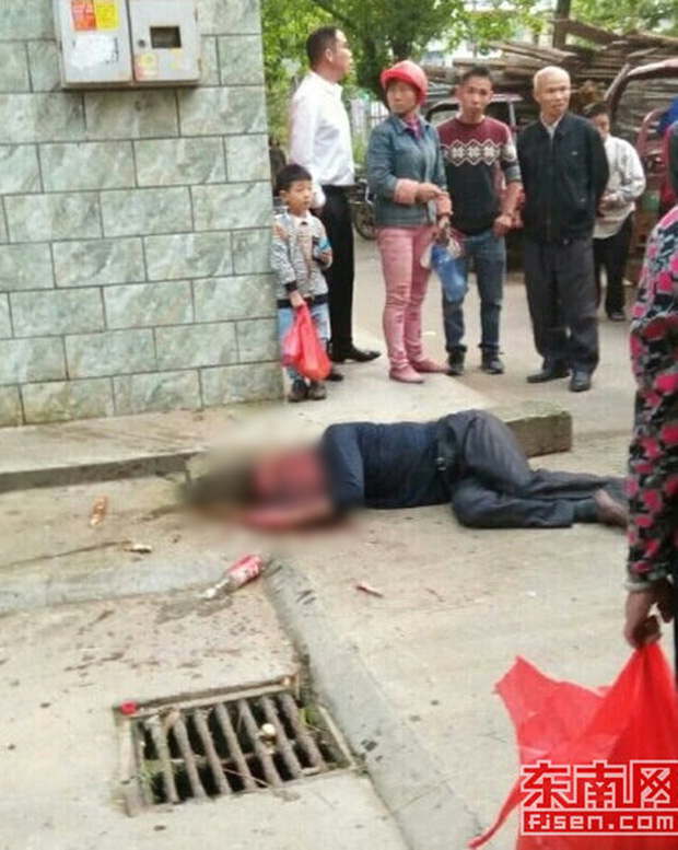 Video gây phẫn nộ: Con trai đánh bố như bổ củi giữa đường phố, người đi đường bàng quan đứng nhìn - Ảnh 8.