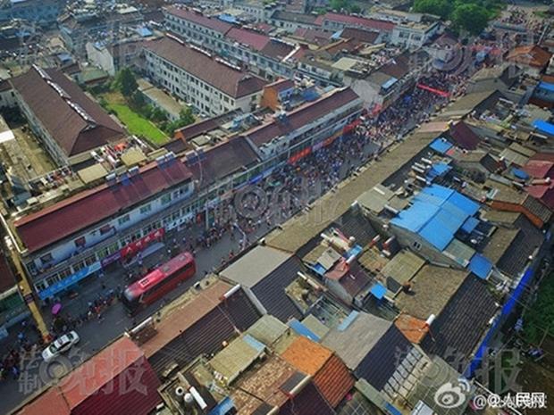 Hàng chục ngàn phụ huynh Trung Quốc tiễn con lên đường đi thi Đại học - Ảnh 6.