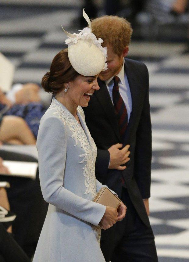 Tình cảm thân thiết đáng kinh ngạc giữa Công nương Kate và Hoàng tử Harry - Ảnh 3.