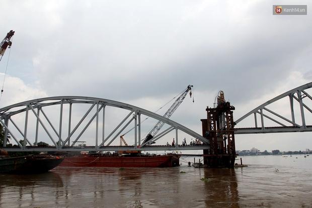 Cầu Ghềnh sắp nối nhịp đôi bờ, đường sắt Bắc Nam chuẩn bị thông tuyến - Ảnh 2.