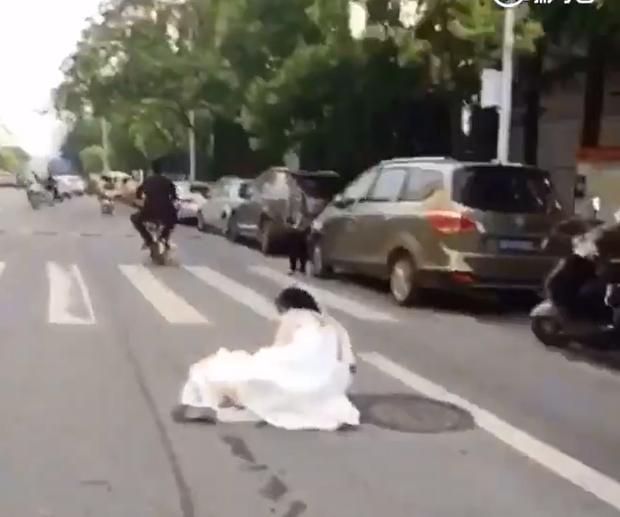 Đánh rơi cô dâu giữa đường, chú rể vẫn hồn nhiên phóng xe đi tiếp - Ảnh 5.