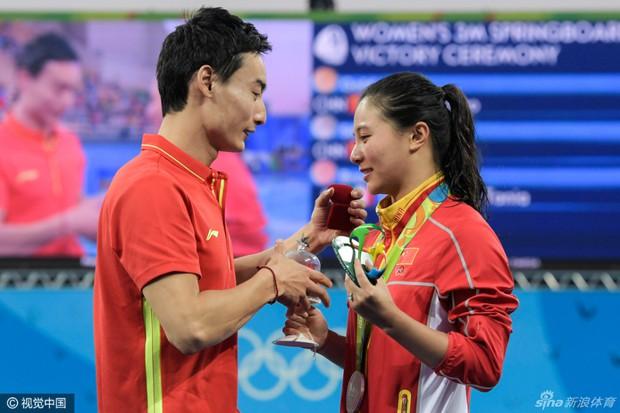 Nữ VĐV Trung Quốc xinh đẹp bật khóc khi được cầu hôn trên sàn đấu Olympic 2016 - Ảnh 2.