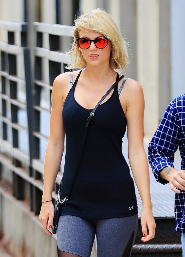 Taylor Swift vô tình lộ vùng kín trên phố vì mặc quần bó sát - Ảnh 2.