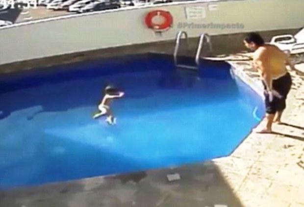 Ném con gái 3 tuổi xuống bể bơi đến chết, cha dượng lĩnh án 100 năm tù - Ảnh 3.