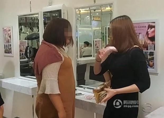 Chỉ vì tranh chỗ ngồi trong tiệm làm tóc, mỹ nữ sẵn sàng vung 6,7 tỷ để mua cả cửa hiệu - Ảnh 2.