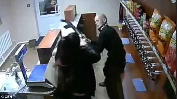 Người phụ nữ can đảm nhất năm tay không chống trả tên cướp mang theo súng AK - Ảnh 3.
