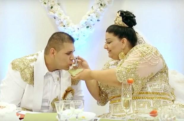 Cô dâu mặc váy hơn 5 tỷ đồng và bốc vàng ném cho quan khách trong ngày cưới - Ảnh 3.