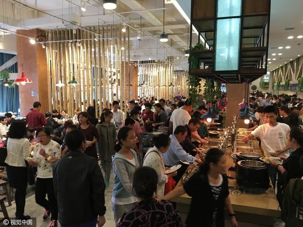 Phát hoảng với cảnh tượng người dân Trung Quốc chen lấn đi ăn buffet miễn phí - Ảnh 4.