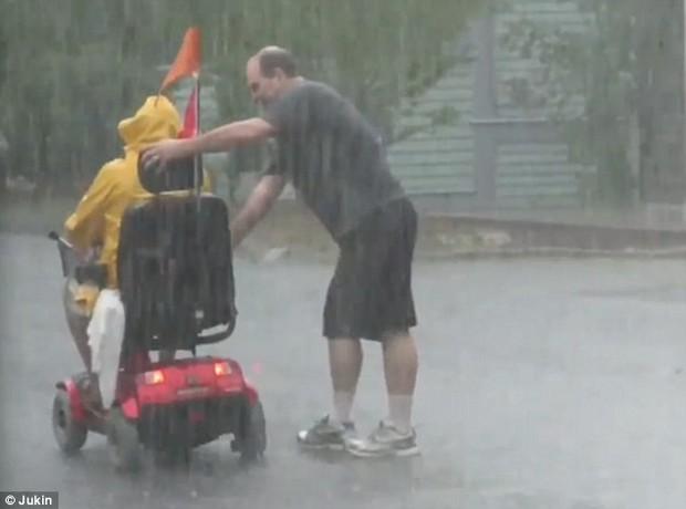 Người anh hùng dãi gió dầm mưa để giúp đỡ một người đi xe lăn gặp nạn - Ảnh 3.