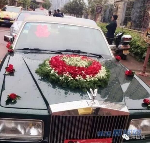Đám cưới nhà giàu toàn Rolls-Royce siêu sang, cô dâu cổ đeo trĩu vàng - Ảnh 4.