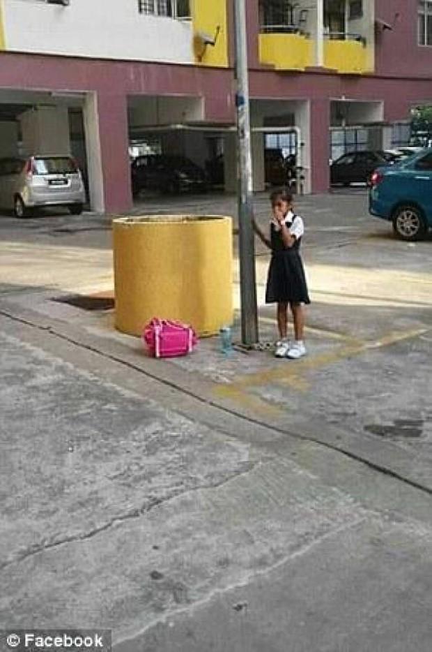 Trốn học, bé gái người Malaysia bị mẹ xích vào cột đèn - Ảnh 2.