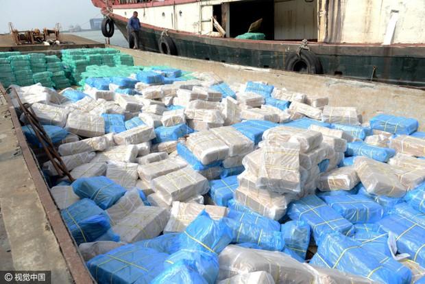 Cảnh sát Trung Quốc thu giữ gần 200 tấn thực phẩm đông lạnh bẩn ở khu vực biên giới - Ảnh 6.