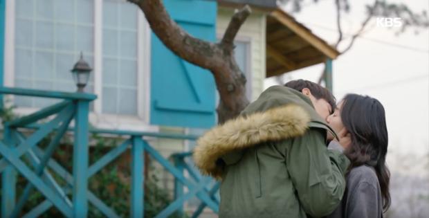 """Sweet Stranger and Me của """"bố trẻ"""" Kim Young Kwang và Soo Ae dần gục ngã - Ảnh 2."""