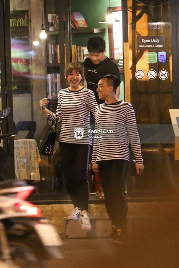 Bắt gặp Hari Won - Trấn Thành diện đồ đôi, vô tư âu yếm nhau ở rạp chiếu phim - Ảnh 2.