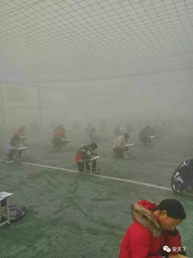 Trung Quốc: Ô nhiễm không khí tới nỗi học sinh ngồi thi ngoài sân trường khỏi cần giám thị - Ảnh 3.